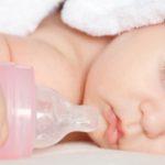 bébé dort avec un biberon